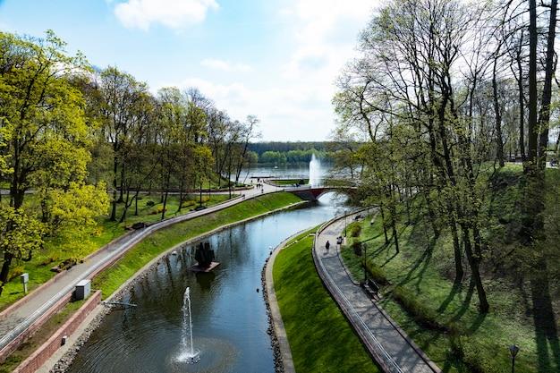 Parque europeu de primavera, verde com um lago e fontes. vista de cima. cenário