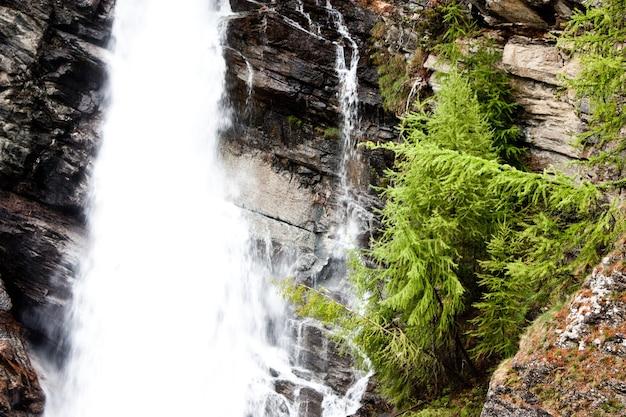Parque gran paradiso, itália. belas cachoeiras alpinas perto da cidade de cogne.