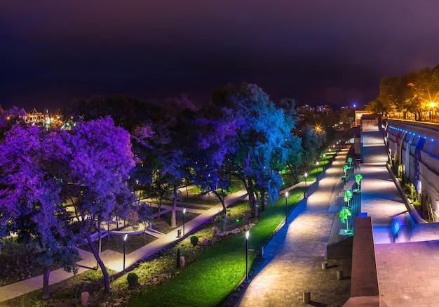 Parque grego em odessa, ucrânia à noite