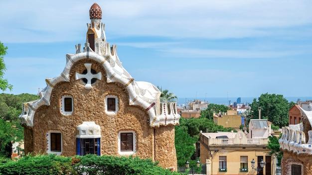 Parque guel, edifício com estilo arquitetônico incomum, barcelona ao fundo, espanha