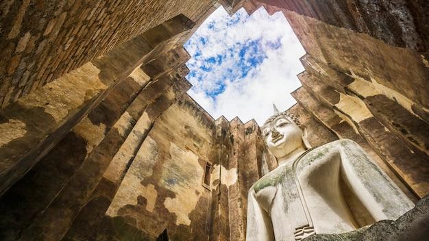 Parque histórico cidade velha tailândia com a escultura gigante buda e o telhado do céu
