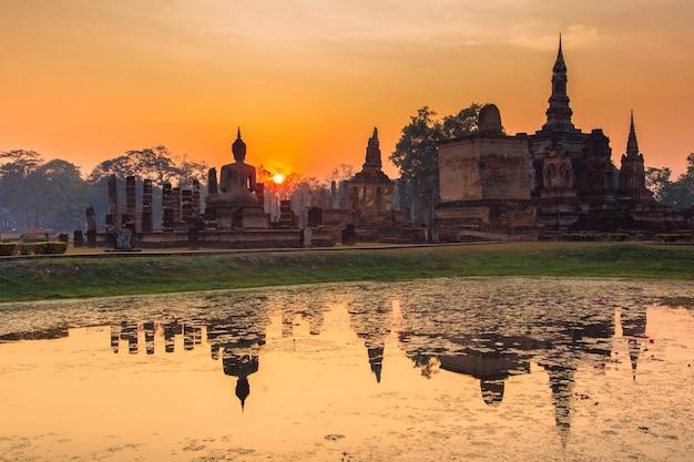 Parque histórico de sukhothai, a antiga cidade da tailândia há 800 anos