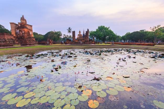 Parque histórico de sukhothai, a cidade velha da tailândia há 800 anos