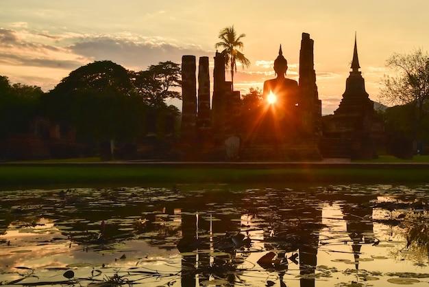 Parque histórico de sukhothai ao pôr do sol na província de sukhothai