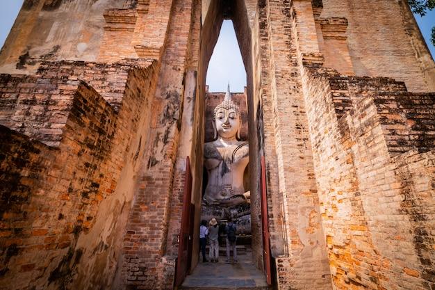 Parque histórico de sukhothai e área circundante ao meio-dia e ao crepúsculo