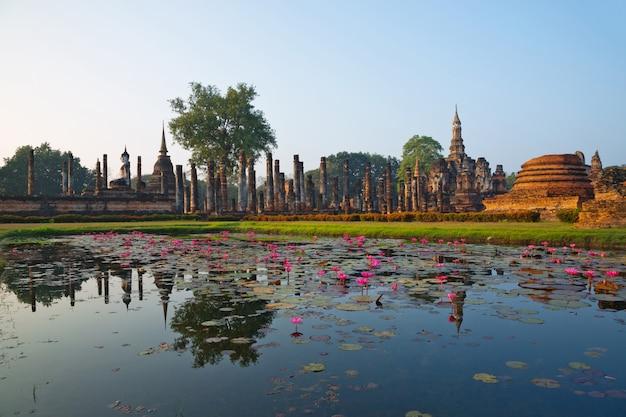 Parque histórico de sukhothai, na tailândia.
