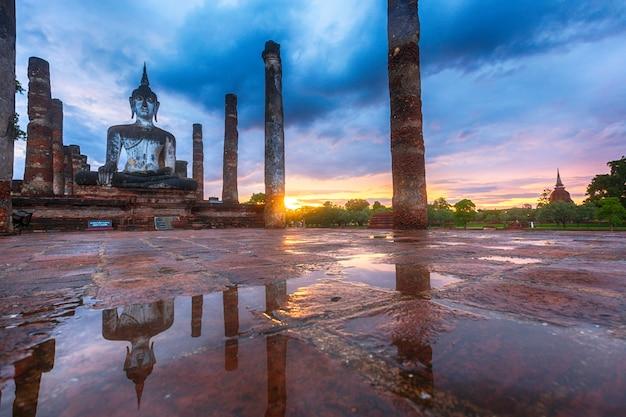 Parque histórico de sukhothai, tailândia, wat mahathat temple ao pôr do sol