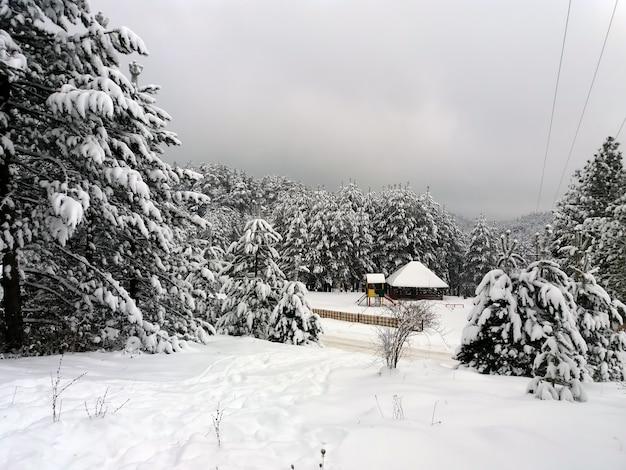 Parque infantil na neve na neve ao entardecer