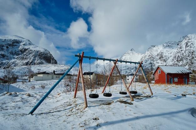 Parque infantil no inverno. uma vila, ilhas lofoten, noruega