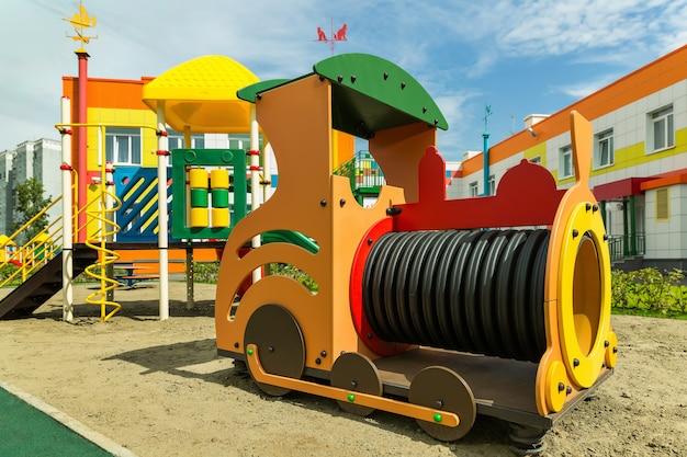 Parque infantil para jogos ao ar livre, jardim de infância.