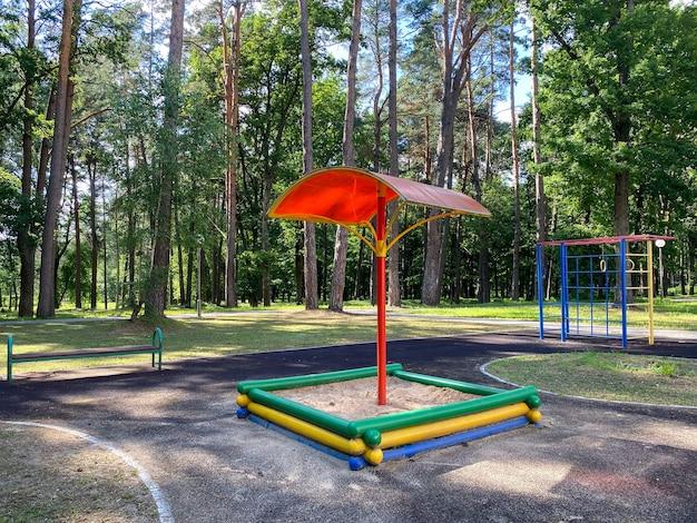 Parque infantil parque infantil equipado com vários equipamentos