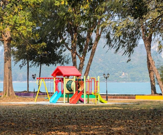 Parque infantil perto do mar. escorregas de plástico e alpinistas em parque público