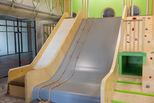 Parque infantil público com casa de escalada.