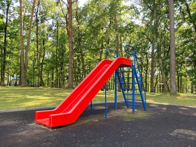 Parque infantil um escorrega para as crianças andarem parque infantil equipado