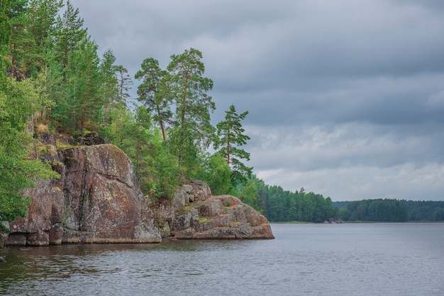 Parque monrepo em vyborg, rússia, belas rochas, floresta e mar em dia de verão
