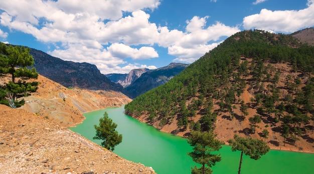 Parque nacional aladaglar em taurus mountains, turquia. rio turquesa no caminho para a aldeia de kapuzbasi.