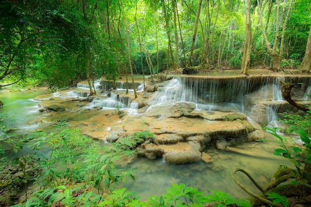 Parque nacional da cachoeira de huay mae kamin