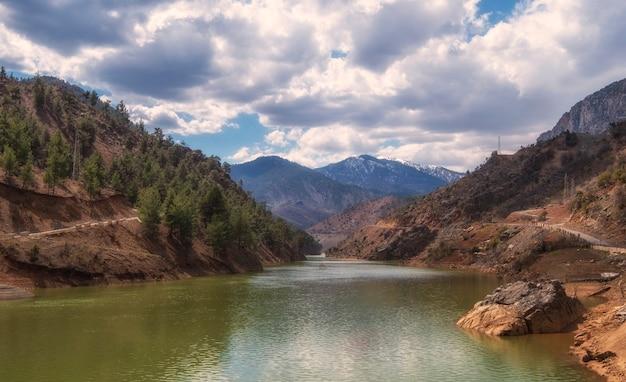 Parque nacional de aladaglar nas montanhas de taurus, turquia estrada e rio no caminho para a aldeia de kapuzbasi.