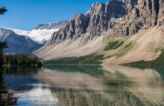 Parque nacional de banff, estrada de gelo de icefields, lago bow. montanhas rochosas. vista bonita. no alto das montanhas do canadá.