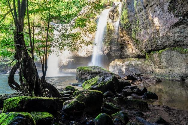 Parque nacional de khao yai da cachoeira de haew suwat, nakhon ratchasima, tailândia