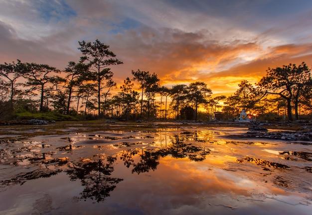 Parque nacional de phu kradueng ao pôr do sol na província de loei da tailândia