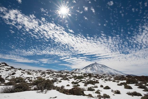 Parque nacional de teide coberto pela neve em um dia ensolarado, tenerife, ilhas canárias, espanha.