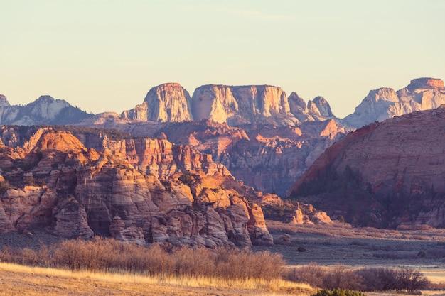 Parque nacional de zion. belas paisagens naturais pouco inspiradas. pico no parque zion ao pôr do sol.