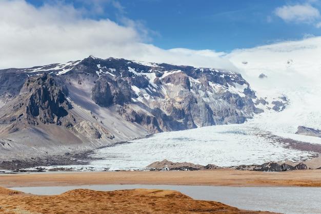 Parque nacional do vale landmannalaugar. nas encostas suaves das montanhas são campos de neve e geleiras. magnífica islândia em julho
