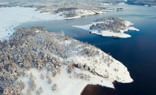 Parque nacional ladoga skerries, no inverno na carélia, rússia pequenas ilhas de pedra na neve no lago ladoga