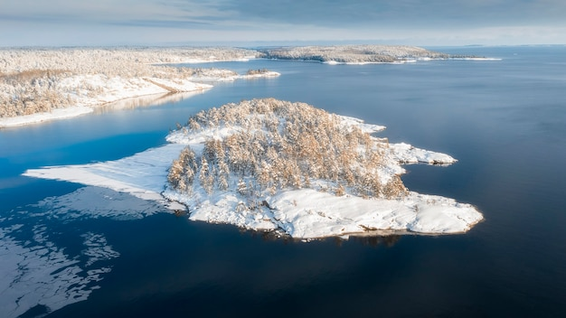 Parque nacional ladoga skerries, no inverno na carélia, rússia pequenas ilhas de pedra na neve