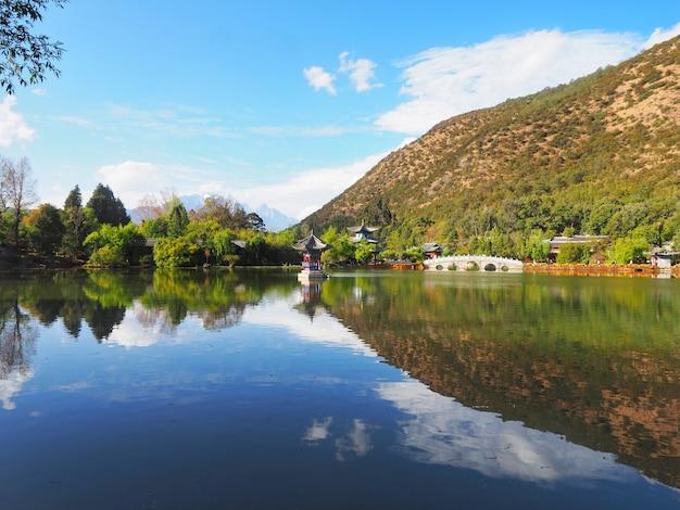 Parque nacional preto de dragon pool (heilongtan) e reflexão em lijiang, china.