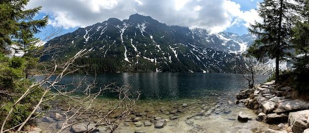 Parque nacional tatra, polônia. lago de pequenas montanhas morskie oko