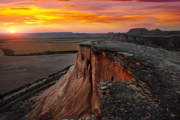 Parque natural de bardenas reales no pôr-do-sol. navarra