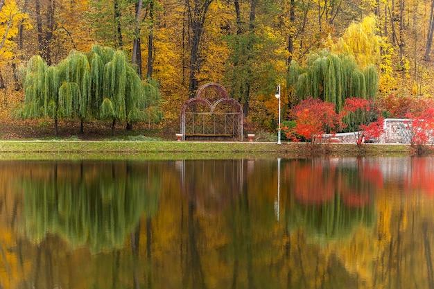 Parque, outono, natureza, panorama, paisagem, jardim, árvores coloridas, estação, clima outonal, cores do outono, paisagem de outono, parque da cidade, verde, amarelo, ouro, lindo, romance, amor
