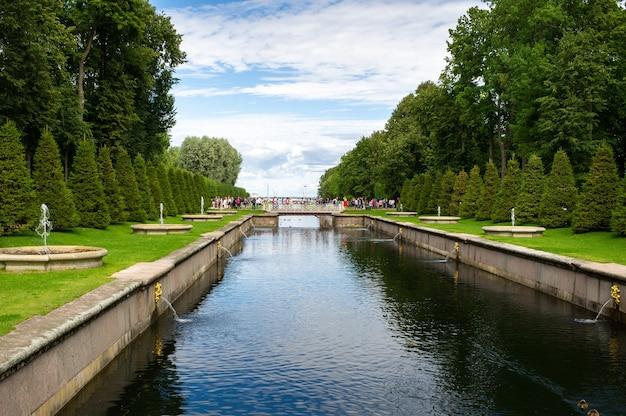 Parque peterhof em são petersburgo, na rússia.