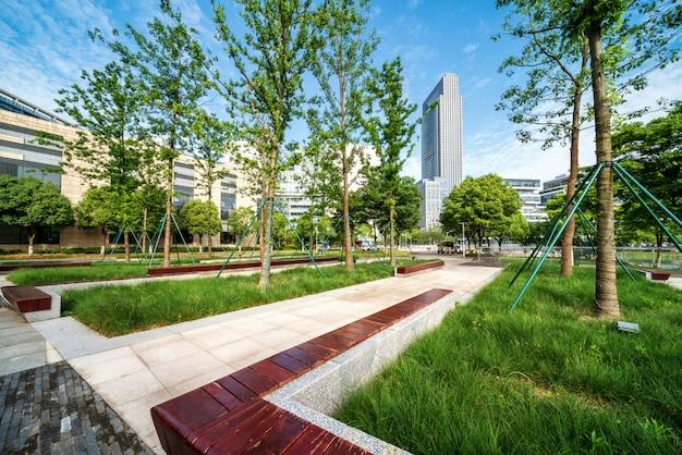 Parques de rua e edifícios modernos