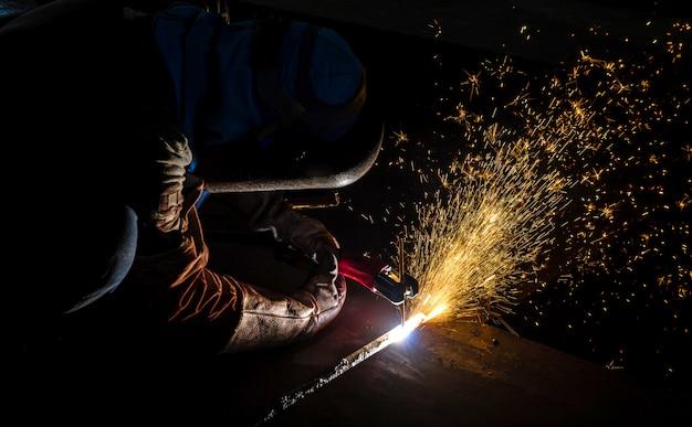 Parte automotiva industrial do soldador na fábrica