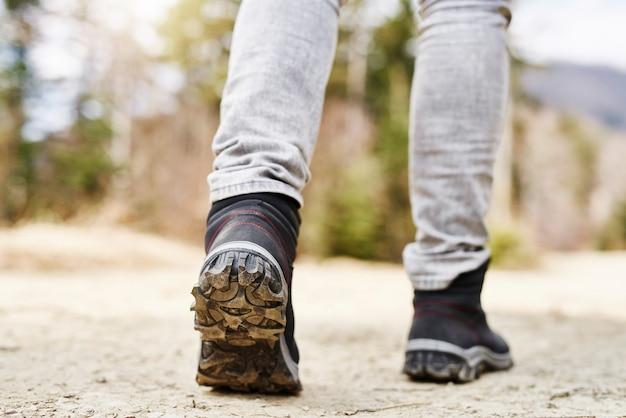 Parte baixa do homem caminhando nas montanhas