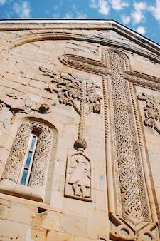 Parte da antiga igreja da geórgia nas montanhas