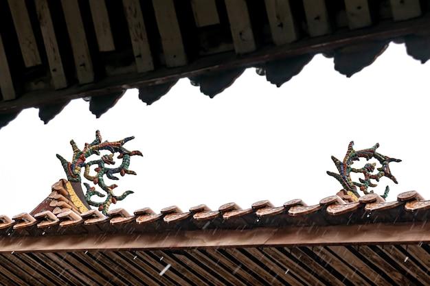 Parte da arquitetura tradicional budista chinesa na chuva