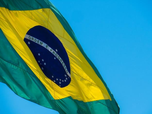 Parte da bandeira brasileira tremulando ao vento