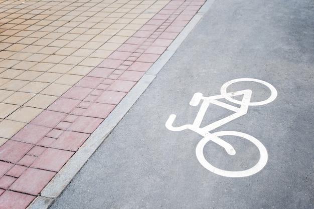 Parte da calçada pavimentada e ciclovias com a imagem da bicicleta.