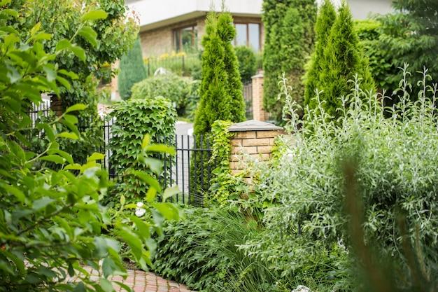 Parte da cerca está localizada na área verde perto da casa de campo