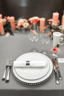 Parte da configuração de mesa elegante com prato e talheres.
