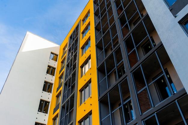 Parte da fachada de um novo edifício moderno amarelo