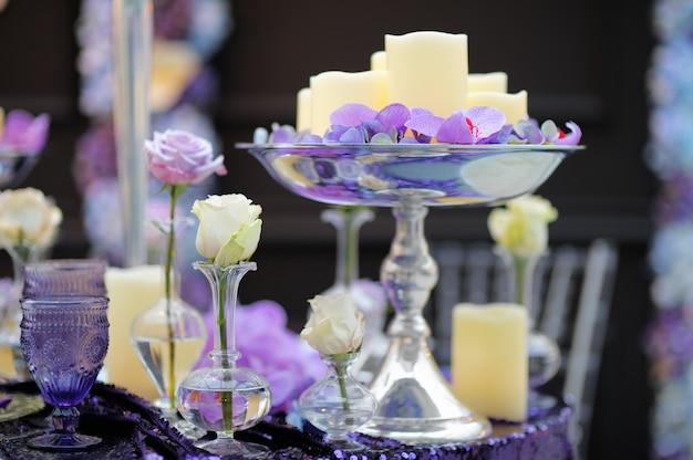 Parte da festa de casamento interior elegante ou data interior com flores e velas