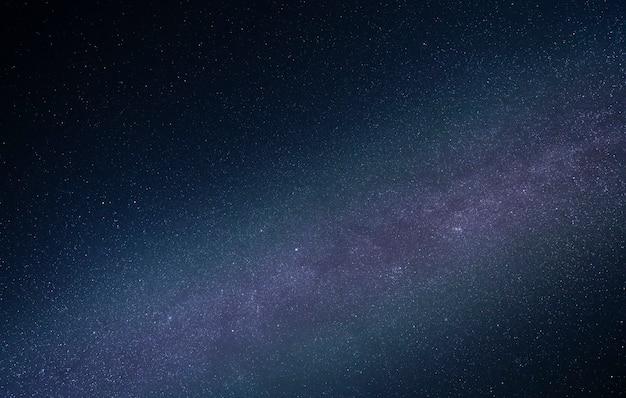 Parte da galáxia via láctea no céu noturno. paisagem do céu da noite estrelada.