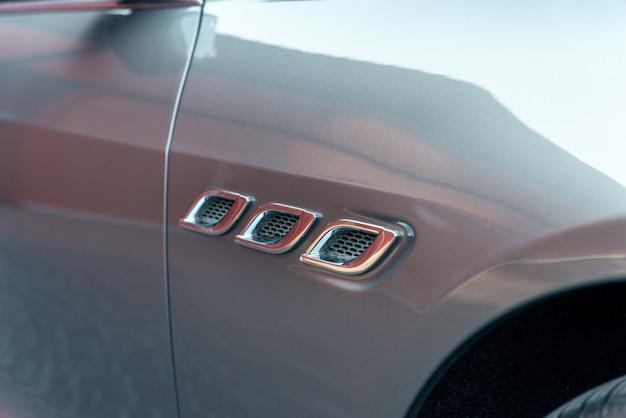 Parte da grade do radiador do elemento da asa do carro, detalhe do exterior do carro esportivo, foco seletivo