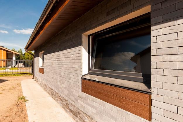 Parte da parede da fachada de uma casa particular em uma vila rural