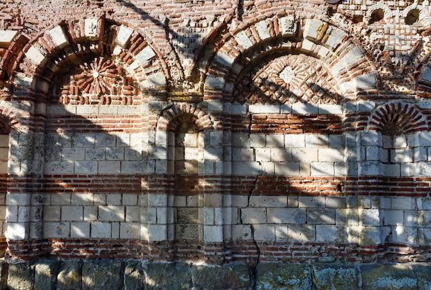 Parte da parede da igreja destruída de são joão aliturghetos em nessebar, bulgária.